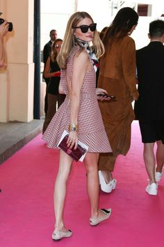 Olivia Palermo sabe cómo estar perfecta y arriesgar con un escotazo para la Alta Costura