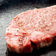 Using a cast-iron skillet on the grill is the key to giving your steak the perfect crust and a tender, juicy inside.Using a cast-iron skillet on the grill is the key to giving your steak the perfect … Steak Recipes, Grilling Recipes, Cooking Recipes, Skillet Recipes, Grilling Ideas, Cooking Tips, Cooking Steak, Steak Tips, Picnic Recipes