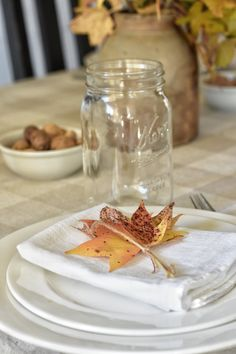 Simple autumn decorating for a fall table setting Thanksgiving Table Settings, Thanksgiving Parties, Thanksgiving Decorations, Fall Decorations, Thanksgiving Crafts, Happy Thanksgiving, Dinner Table, A Table, Drink Table