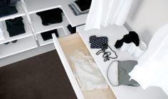 Cabina armadio angolare e soffitto inclinato. è possibile modulare mensole, scarpiera, rotaie per appendere, contenitori e cassetti, in diversi materiali e finiture.