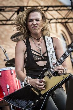 It's me, Lzzy, I swear. Pretty Girl Images, Punk Rock Girls, Heavy Metal Girl, Dolores O'riordan, Lzzy Hale, Best Rock Bands, Women Of Rock, Guitar Girl, Halestorm