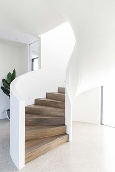 Inspiration: The curved staircase - greige design Wooden Staircases, Curved Staircase, Stairways, Spiral Staircases, Home Stairs Design, Interior Stairs, Modern Stairs Design, Wooden Staircase Design, Spiral Stairs Design