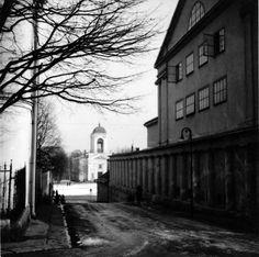 Taustalla ruotsalais-saksalainen luterilainen kirkko Viipurissa 20-luvun lopussa. - Lutheran church in Viipuri 1920's  Kuvaaja tuntematon. NL:n aikana kirkossa toimi mm. elokuvateatteri, mutta nykyisin se toimii taas luterilaisena kirkkona.