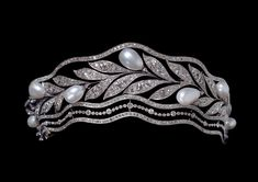 Belle Époque tiara (around 1900). Between two undulating bandeaux, a garland of stylised myrtle leaves bears seven pearls. The setting is in diamonds on platinum. Thomas Faerber Collection, Geneva.
