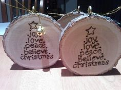 Diy Christmas Gift or decoration. Burning words and stars on tree slices/slabs Wood Ornaments, Diy Christmas Ornaments, Diy Christmas Gifts, Christmas Art, Christmas Projects, Holiday Crafts, Christmas Decorations, Beach Christmas, Wood Slice Crafts