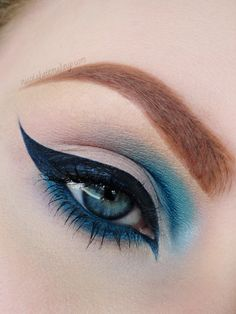 Marvelous Marine: #blue feline #cat_eye with a twist. the thick & long wing is balanced out by the teal on the inner part | #makeup @NikolaKateMakeup