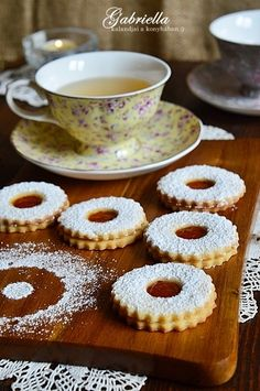Gabriella kalandjai a konyhában :): A legomlósabb linzer Cookie Desserts, Sweet Desserts, Cookie Recipes, Torte Cake, Cookie Time, Hungarian Recipes, Biscotti, I Foods, Baking Recipes
