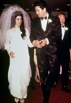 Priscilla Presley from Celeb Wedding Dresses Elvis' bride custom designed her own beaded chiffon wedding gown, which she donned with a three-foot veil featuring a rhinestone crown. Priscilla Presley Wedding, Elvis Presley Priscilla, Elvis Presley Family, Elvis Presley Photos, Lisa Marie Presley, Famous Wedding Dresses, Celebrity Wedding Dresses, Celebrity Weddings, Celebrity Style