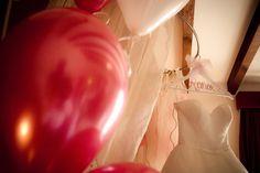 Detalles habitación novia, globos rojos + blancos y percha personalizada. Boda Alberto & Ronak, 14 de mayo 2016.