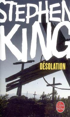 La route 50 coupe droit à travers le désert du Nevada, sous un soleil écrasant. On n'y entend que le jappement lointain des coyotes. C'est là qu'un flic étrange, un colosse aux méthodes très particulières, arrête des voyageurs sous des prétextes vagues, puis les contraint de le suivre à la ville voisine Désolation. Et le cauchemar commence... Après plus de vingt romans, best-sellers planétaires, Stephen King démontre avec éclat qu'il n'a rien perdu de sa puissance d'invention. Ce thriller…