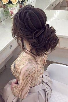 30 Wedding Bun Hairstyles Bun hairstyles are the most popular wedding hairdos. They are good for different hair length. Get inspired with our collection of wedding bun hairstyles. Quince Hairstyles, Wedding Bun Hairstyles, Hairdo Wedding, Wedding Bride, Brown Ombre Hair, Ombre Hair Color, Quinceanera Hairstyles, Bridal Hair, Curly Hair Styles