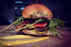 """""""Mostruo Burger"""" a ver  quien adivina que lleva esta?  Sábado de buenas burgers en  @ToscanaLaTienda desde las 12-8pm teléfono 0274-271-47-98  Plato by @beatrizpirrone diseño de imagen @latroconis Panarra @pan_comido"""