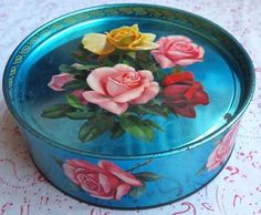 Granny had a lovely vintage rose tin to keep her digestive biscuits in Vintage Tins, Vintage Roses, Vintage Metal, Vintage Decor, Vintage Antiques, Tin Lunch Boxes, Tin Boxes, Coffee Tin, Tin Containers
