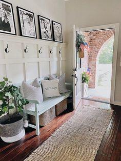 Architectural Styles, Modern Farmhouse Decor, Farmhouse Style Decorating, Farmhouse Style Homes, Modern Cottage Decor, Farmhouse Ideas, Style At Home, Spring Home Decor, Diy Home Decor