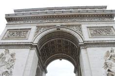 Arco del Triunfo   Napoleón Bonaparte decidió construir este arco tras su victoria en la Batalla de Austerlitz (1805), tras prometer a sus hombres: «Volveréis a casa bajo arcos triunfales». Fue diseñado por Jean Chalgrin y Jean-Arnaud Raymond, inspirados en el Arco de Tito de Roma, y alcanza una altura de 49 metros y 45 de ancho. Posee una estatua en cada uno de sus cuatro pilares.