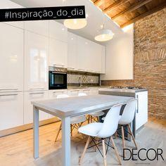 A composição minimalista garante praticidade na cozinha. Proporcionando elegância ao décor, a predominância do branco, o mobiliário em madeira, além de icônicas cadeiras Eames, destacam a parede em tijolos aparente e as estruturas rústicas em evidência no teto. #cocinasrusticasminimalista