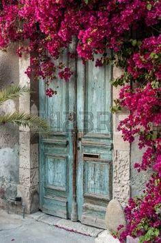 puerta antigua: Puerta de madera vieja con buganvillas en Chipre