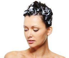El proceso de renovación celular en el cuero cabelludo es normal, pero en personas en que este proceso se da constantemente, el cuadro se trata de una psoriasis del cuero cabelludo que produce lesiones en la superficie de la piel de la piel. Este desorden de la piel produce mucha picazón e incomodidad