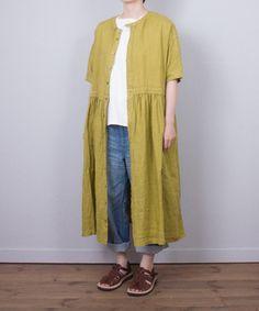 SOLD OUT:ご好評につき全店で完売となりました。 nest Robe 定番、リネン素材で着こなしいろいろできるワンピースとブラウスをおつくりしました。 ベーシックなオフシロ、爽やかな色合いのグリーンの2色展開。 特におススメはフランスのリキュールにちなんだ鮮やかなシャルトルーズグリーン。 ※color,size 多少異なります。 ※着用サイズ:size F ※モデルの身長:161cm ※採寸箇所の詳細につきましては 「サイズガイド」をご覧ください。
