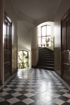 The checkered floors here is what I am forever in list live and want and need with for my own home asap! Farmhouse Architecture, Modern Farmhouse Interiors, Farmhouse Design, Stockholm, Foyer Staircase, English Interior, Art Deco Home, Interior Decorating, Interior Design