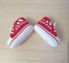 Baby Shoes Diy Converse Sneakers 65 Ideas For 2019 Diy Converse, Crochet Converse, Crochet Baby Booties, Converse Sneakers, Baby Knitting Patterns, Baby Patterns, Crochet Patterns, Baby Boy Shoes, Baby Boots