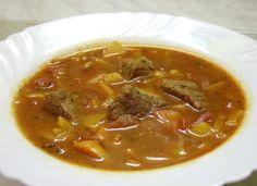 In Ungheria il goulash è in realtà una zuppa, molto ricca con tanta carne, ma molto brodosa da mangiare con il cucchiaio.  Provatela è piuttosto semplice da fare, ma occorre della ottima paprika.