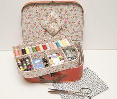 ¡Vamos a ser prácticos! Vamos a decorar una caja de cartón para usarla como costurero, ¿qué os parece?
