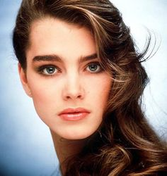 Let them grow! Thick eyebrows are back! I honestly LOVE this look. Although I suggest to keep them well maintained! You don't want to get to bushy and out of control. Pencil-thin and penciled in is out! Brooke Shields Jovem, Brooke Shields Young, Full Eyebrows, Thick Eyebrows, Natural Eyebrows, Brooke Shields Eyebrows, Vaquera Sexy, Tv Star, Bold Brows