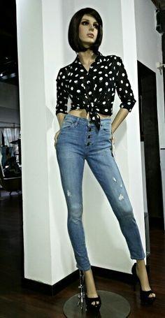 """""""Coco studio moda"""" Guess apuesta por recuperar el sabor de lo clasico, de lo mas autentico. Su nueva coleccion retro y los looks de cantantes """"country """" marcara la moda denim de esta temporada, recuperandose diseños atemporales a prueba de tendencias, como los pantalones de cintura alta, las faldas lapiz, las chaquetas vaqueras y los jeans mas clasicos.  Conoce mas de esta coleccion en Coco studio Moda"""
