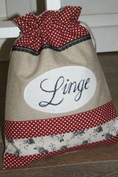 Pochon à linge brodé main Rag Quilt Purse, Porta Lingerie, Cross Stitch Finishing, Creation Couture, Patchwork Bags, Beautiful Handbags, Fabric Bags, Handmade Bags, Gift Bags