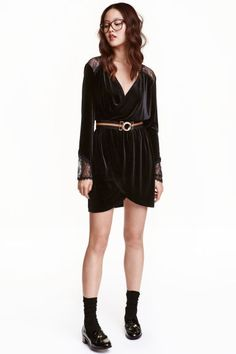 Robe en velours avec dentelle: Robe courte en velours souple à l'aspect brillant. Modèle à effet croisé devant. Empiècement d'épaules en dentelle et manches longues terminées par dentelle. Découpe élastique à la taille.