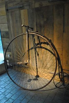 Vintage Old bicycle -one large wheel a Penny Farthing! Old Bicycle, Bicycle Art, Old Bikes, Objets Antiques, Antique Bicycles, Push Bikes, Penny Farthing, Bicycle Maintenance, Buggy