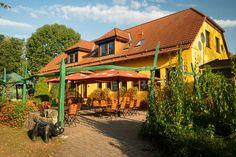 Biergarten der Parkgaststätte Laucha Park, Cabin, House Styles, Home Decor, Beer Garden, Playground, Homemade Home Decor, Parks, Interior Design