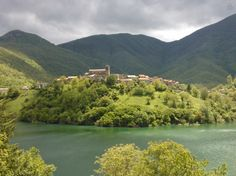 Regardez ce logement incroyable sur Airbnb : TUSCANY CHARMING HOUSE on the lake! à Vagli Sotto