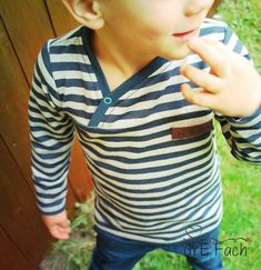 """Mit der kleinen Knopfleiste, die durch die Teilung hervorgehoben wird, macht der Pullover richtig was her. Dadurch ist auch das an und ausziehen für kleine und große """"Dickköpfe"""" kein Problem mehr! Auf dem Rücken kann die Teilung ganz nach Belieben ebenfalls übernommen werden! Der Schnitt beinhaltet zudem zwei verschiedene Weiten, die etwas schmalere und taillierte oder die weiter und locker fallende Variante. Der Pullover kann ganz nach Geschmack mit Bündchen oder Saumabschluss genäht…"""