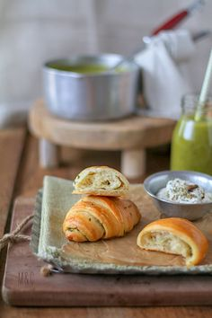 Croissants Briochés à l'Ail & au Persil http://www.maryseetcocotte.com/2018/02/18/croissants-brioches-au-beurre-dail-et-persil/