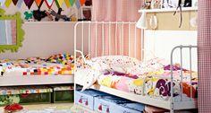 Petite chambre d'enfants partagée. Deux lits IKEA disposés en L séparés par un rideau-cloison.