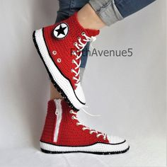 You'll be head over heels for this Crochet Converse Slippers Free Pattern and we have lots of inspiration plus a video tutorial to show you how. Diy Crochet Slippers, Crochet Shoes, Crochet Clothes, Diy Clothes, Crochet Style, Converse Slippers, Red Slippers, Converse Shoes, Knitting Patterns Free