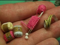 Miniture yarn, needles, knitting and a measuring tape. enrHedando: Como hacer Miniaturas Tutoriales y Tecnicas Miniature Crafts, Miniature Dolls, Dollhouse Miniature Tutorials, Miniature Houses, Miniature Furniture, Doll Furniture, Barbie House Furniture, Diy Dollhouse, Dollhouse Miniatures