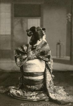 1910年代に大阪で撮影された舞妓の写真。 大阪の舞妓は京都とは異なり、帯を立て矢に結び、髪型も江戸風にしていた。