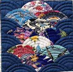 琉球キルト この作品は、沖縄を代表する伝統的な染色技法の紅型(琉球王国の時代、主に王族や士族の衣装として染められていた)という生地を用いて、「青海波」の文様を作り沖縄の美しい海を表現しました。