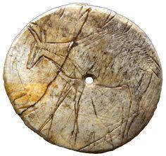 La rondelle gravée est une oeuvre magdalénienne remarquable datant de -15 000 ans provenant des Eyzies. Cette pièce rare permet aux visiteurs de découvrir entre autre, des chefs-d'œuvres du Paléolithique supérieur. Elles constituent ainsi une véritable porte ouverte sur les peintures rupestres du site de Lascaux.
