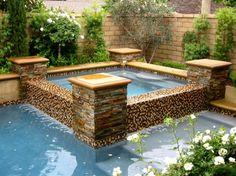 Pool im Garten und eine stilvolle Whirlpool Anlage