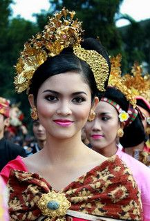 beautiful balinese wearing her bali traditional dress. Perm, Beautiful World, Beautiful People, Bali Girls, Costumes Around The World, Bali Fashion, Indonesian Girls, Moda Emo, Balinese