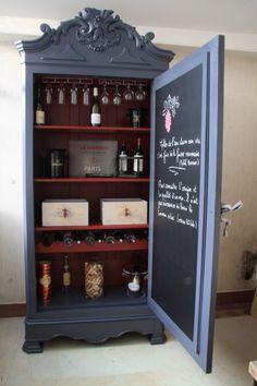 Armoire transformée, pour ranger articles de cave et bouteilles de vins.