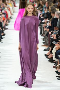 See all the Collection photos from Valentino Spring/Summer 2018 Ready-To-Wear now on British Vogue Valentino Couture, Valentino 2017, Valentino Rossi, Fashion Week, Paris Fashion, Runway Fashion, Spring Fashion, Daily Fashion, Street Fashion