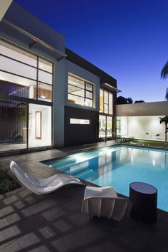 This contemporary building created by Mick Rule of Craig Sheiles Homes, is a perfect constructed modern house that has wonderfully light exterior walls, large c Infinity Pools, Contemporary Building, Contemporary Style Homes, Minimalist Garden, Minimalist Home, Moderne Pools, Luxury Modern Homes, Swimming Pool Designs, Outdoor Swimming Pool
