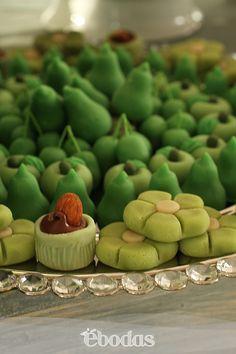 Dulces con los colores temas de la boda.#tonos verdes #boda Lina Solís #catering#petit fours