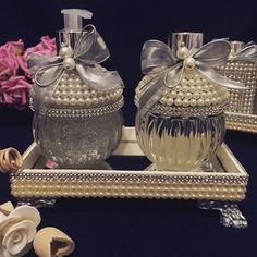 Kit bojudo prata. Um luxo.  #difusor #difusordevaretas #sabonete #handsoap #pérolas #bandeja #laço #luxo #lavabo #prata #casa #casacheirosa #casamento #carinho