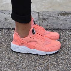 Sneakers femme - Nike Air Huarache Atomic Pink (©theupperclub) girly but if you that girl that can not ware heels then here you go and go to the Jordan board for boys and girls Nike Store, Nike Huarache, Chaussettes Nike Elite, Cute Shoes, Me Too Shoes, Shoes Nike Adidas, Baskets Nike, Dream Shoes, Huaraches